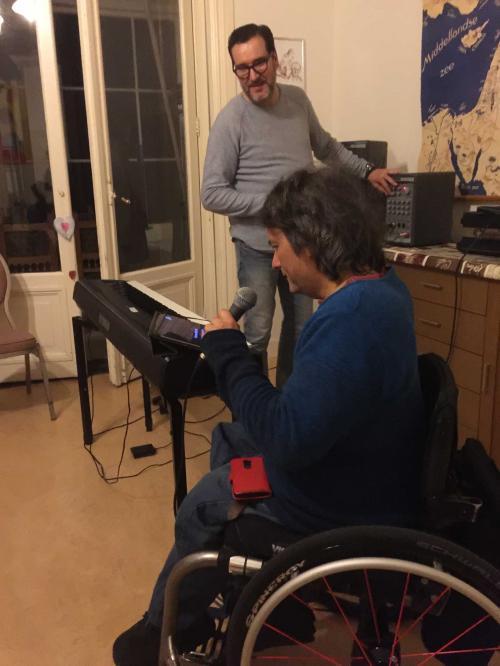 Rick zingt tijdens een kwartaalborrel.