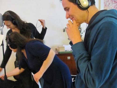 Erwin en een paar koorleden maken opnamen.